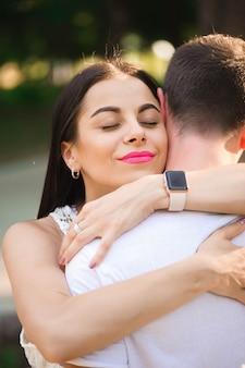 Liefdesverhaal van de mooie jonge man en vrouw