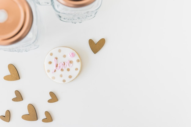 Liefdetekst op eigengemaakt die koekje met hartvorm op witte achtergrond wordt geïsoleerd