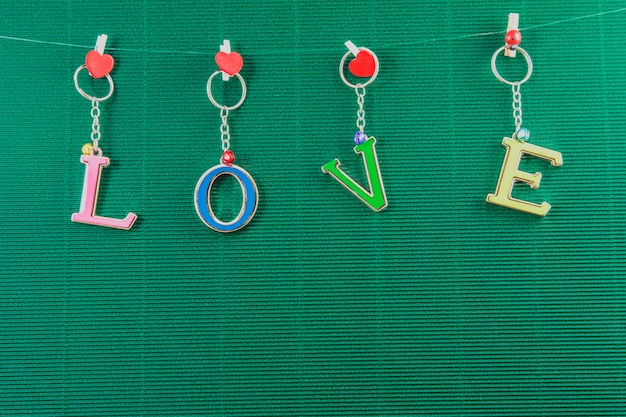 Liefdetekstbericht op groene achtergrond, valentijnskaartconcept