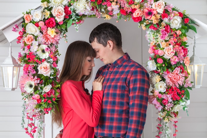 Liefdevol paar knuffelen, zittend op de veranda, bloemensamenstelling. Provence,
