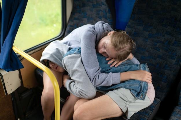 Liefdevol paar slapen en knuffelen in bus