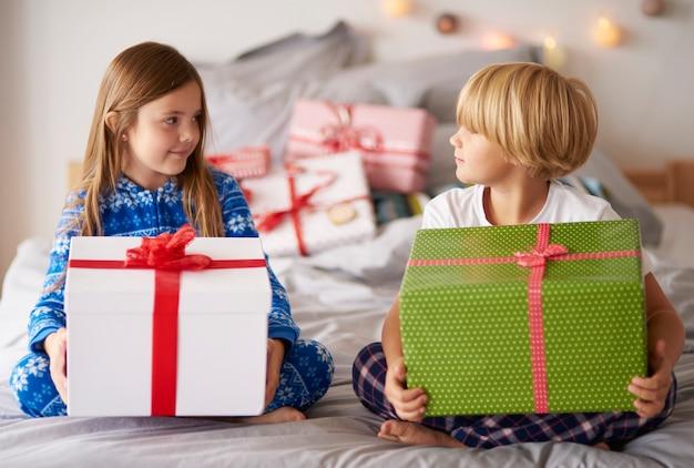 Liefdevolle broers en zussen met grote kerstcadeautjes