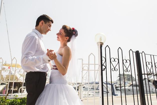 Liefdevolle bruidspaar in de buurt van de zee, bruid en bruidegom