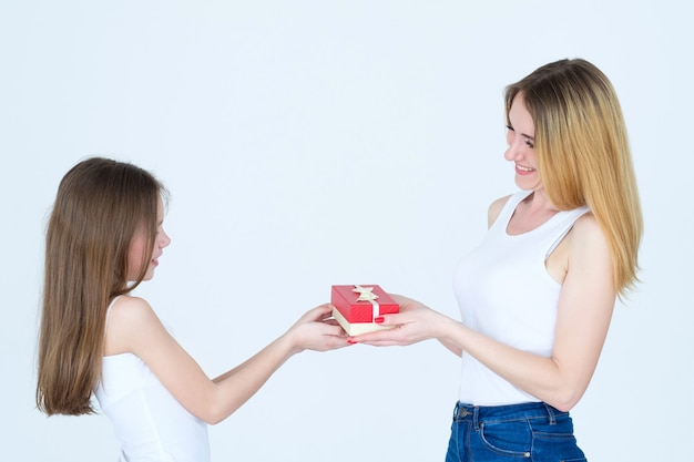 Liefdevolle en zorgzame gezinsrelatie. moeder geeft cadeau aan haar dochter.