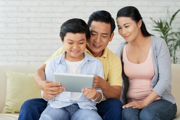 Liefdevolle familie genieten van rustige avond