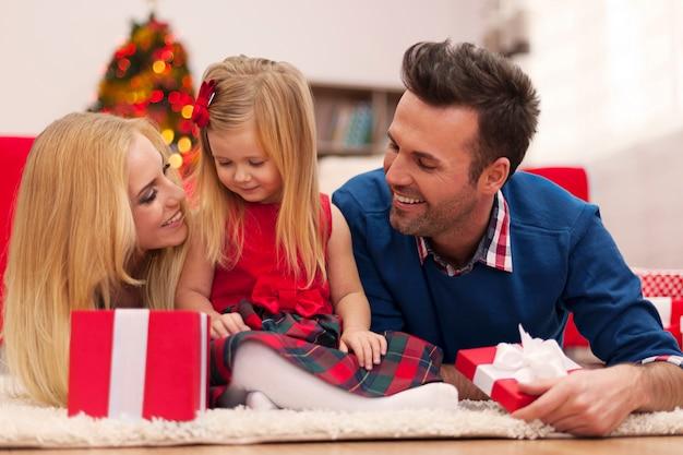 Liefdevolle familie in de kersttijd