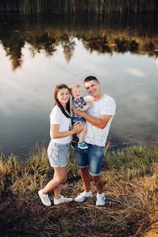 Liefdevolle familie met zoontje in park.