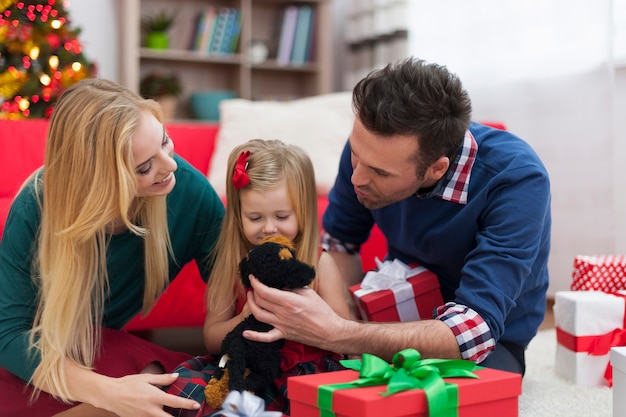 Liefdevolle familie samenspelen in eerste kerstdag