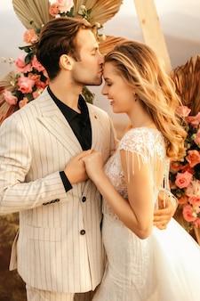 Liefdevolle gelukkige paar teder knuffelen in mooie kleren, romantische relatie.