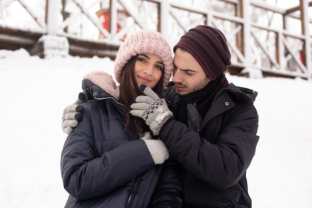 Liefdevolle jong koppel samen in het park in de winter