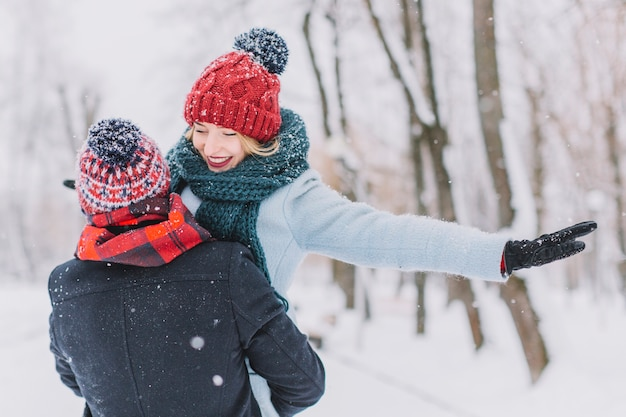 Liefdevolle jong stel met plezier in de winter