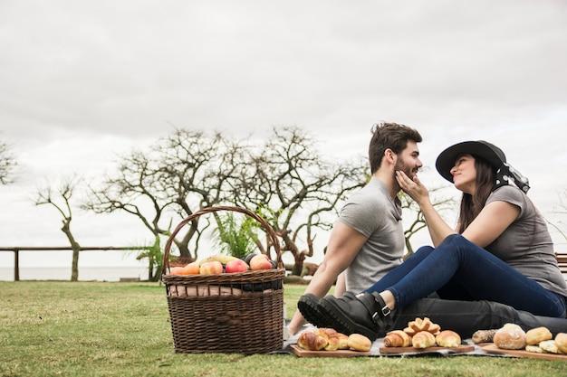 Liefdevolle jong stel op picknick in het park