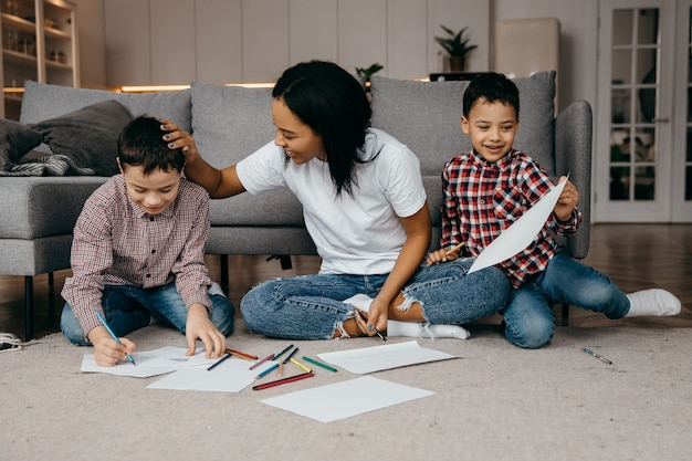Liefdevolle kleine jongens tekenden een foto voor hun moeder en laten zien dat moeder blij en opgetogen is