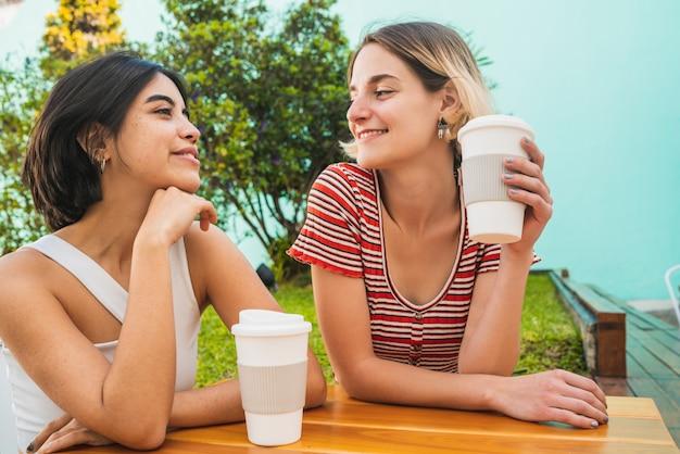 Liefdevolle lesbisch koppel met een date in de coffeeshop.
