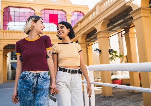 Liefdevolle lesbisch koppel met een date