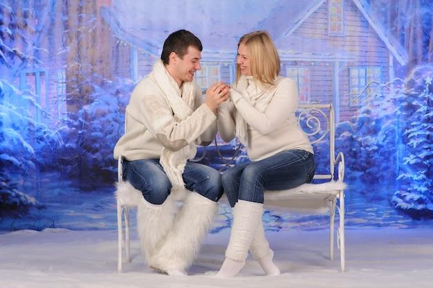 Liefdevolle man en vrouw vieren samen kerstmis