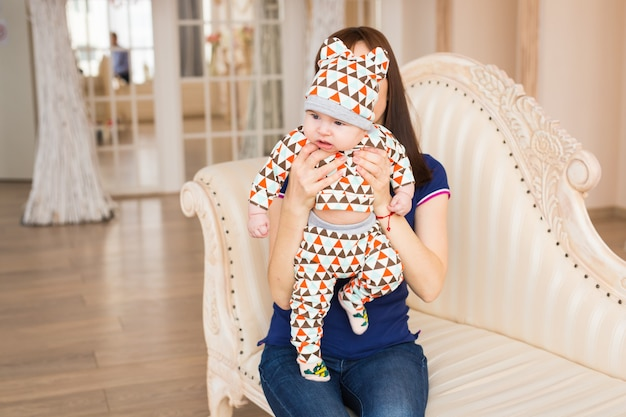 Liefdevolle moeder die zoontje thuis vasthoudt