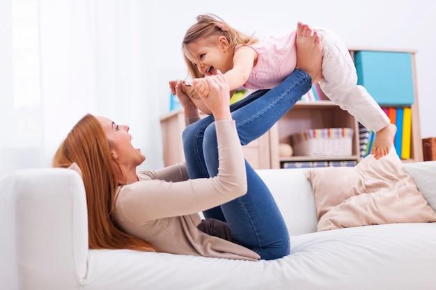 Liefdevolle moeder en dochter hebben samen plezier