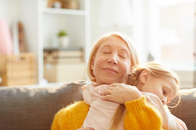 Liefdevolle moeder omhelst dochter