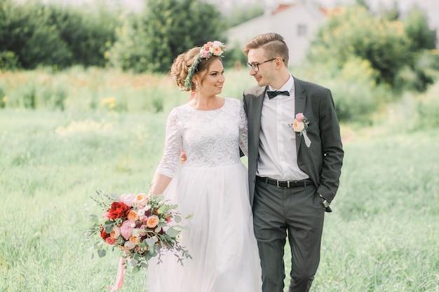 Liefdevolle mooie man en vrouw knuffelen