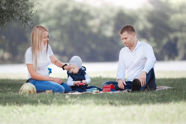 Liefdevolle ouders en hun zoontje hebben samen plezier