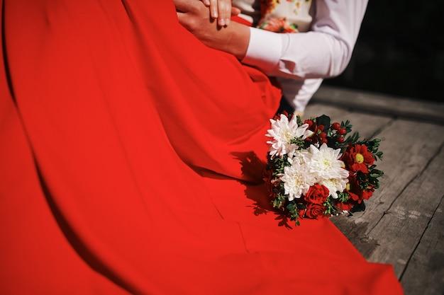 Liefdevolle paar boeket bloemen houden