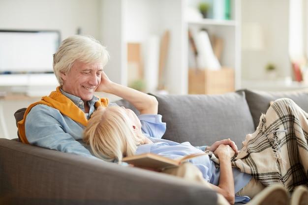 Liefdevolle senior paar ontspannen op de bank
