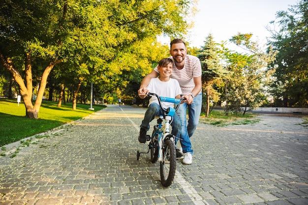 Liefdevolle vader en zijn zoon die samen plezier hebben