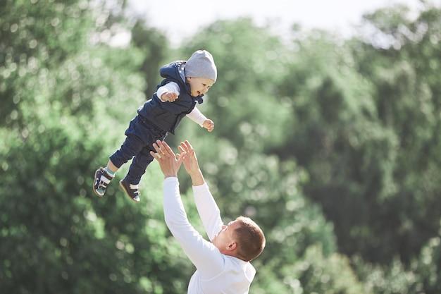 Liefdevolle vader en zoon op een wandeling in het voorjaarspark