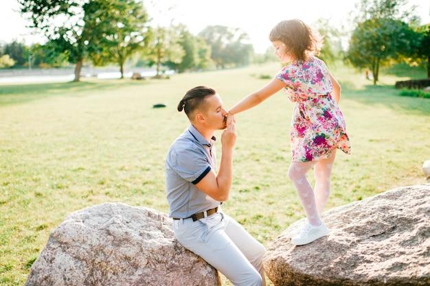 Liefdevolle vader is dol op zijn mooie speelse dochter