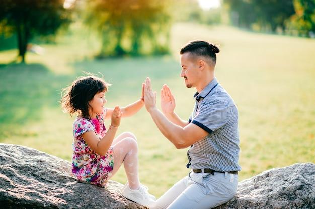Liefdevolle vader spelen met zijn vrolijk kind