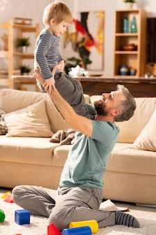 Liefdevolle vader tijd doorbrengen met zoon