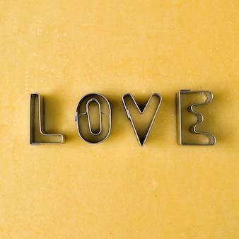 Liefdewoord gemaakt met een metalen koekjessnijder. Teken voor Valentijnsdag