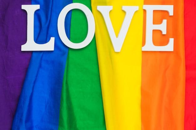 Liefdewoord het van letters voorzien op regenboogvlag