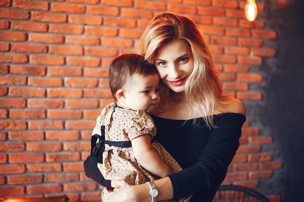 Liefhebbende moeder met haar dochter