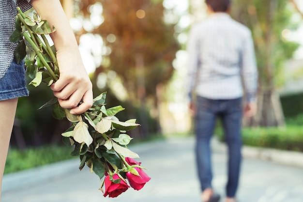 Liefhebbers geven rode rozen op valetinedag