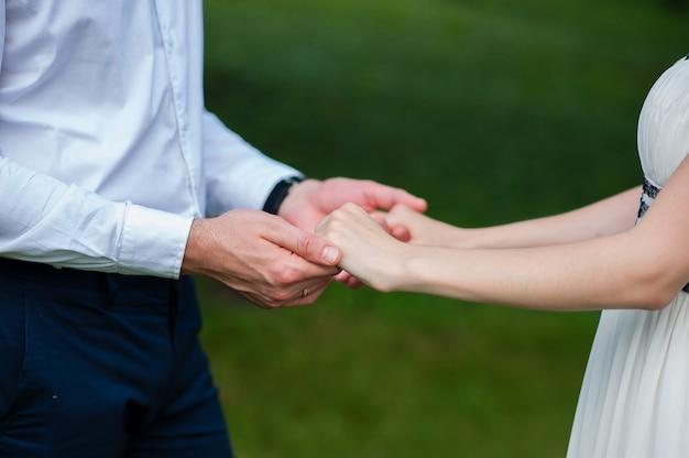 Liefhebbers houden elkaars hand vast