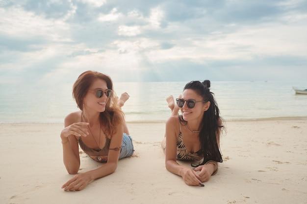 Liefhebbers jong stel meisjes. op het strand . concept van lgbt