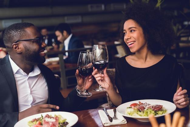 Liefhebbers man en vrouw praten op een date.