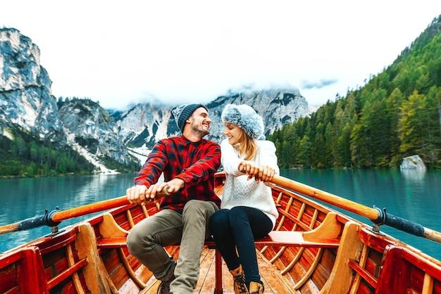 Liefhebbers rijden in een boot op een alpien meer in braies, italië