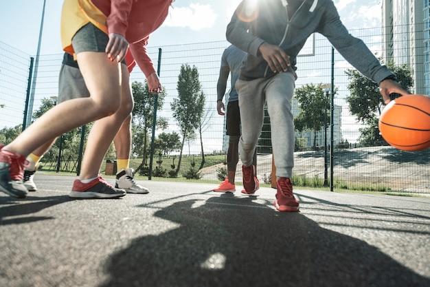 Liefhebbers van basketbal. close-up van de benen van basketbalspelers tijdens de wedstrijd