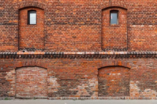 Liepaja, letland - 24 juli 2016: vervallen bakstenen gebouwen in de straten van liepaja. liepaja is een stad aan de oostzee. het is de derde grootste stad van het land.