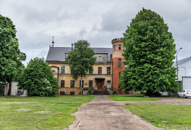 Liepaja, letland - 25 jun 2017: oude, vervallen gebouwen in liepaja. liepaja is een stad aan de oostzee. het is de derde grootste stad van het land, na riga en daugavpils.