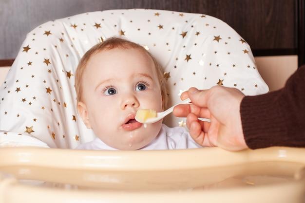Lieve kinderen die gezond eten op de kleuterschool of thuis