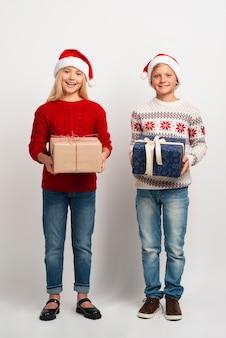 Lieve kinderen met kerstcadeautjes