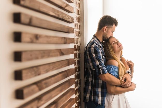 Lieve man die een vrouw thuis kussen