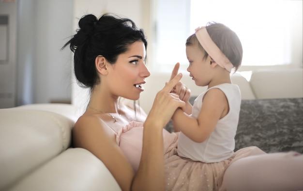 Lieve moeder praat met haar mooie dochter