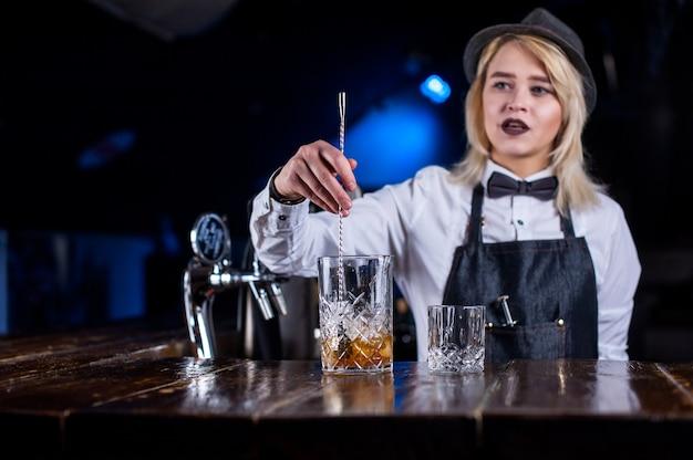 Lieve vrouwenbarkeeper verrast met zijn vaardige barbezoekers in de nachtclub