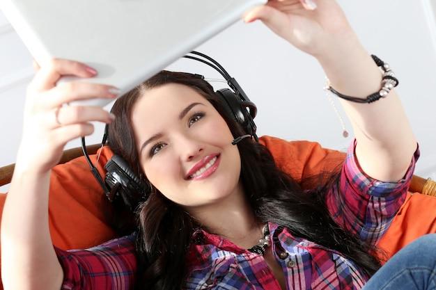 Lifestyle. aantrekkelijk meisje met tablet