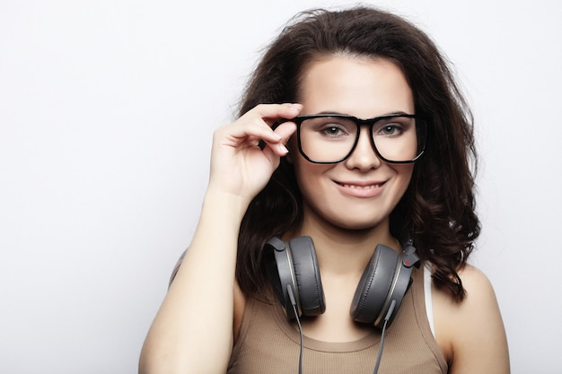 Lifestyle en mensen concept: jonge mode vrouw poseren in stu
